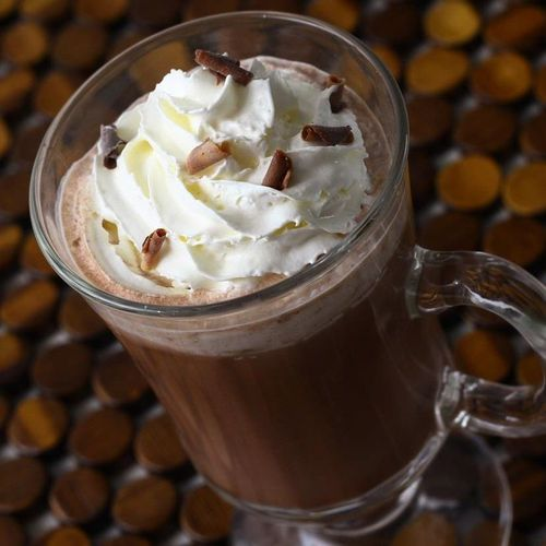 Chocolate quente com café e chantily